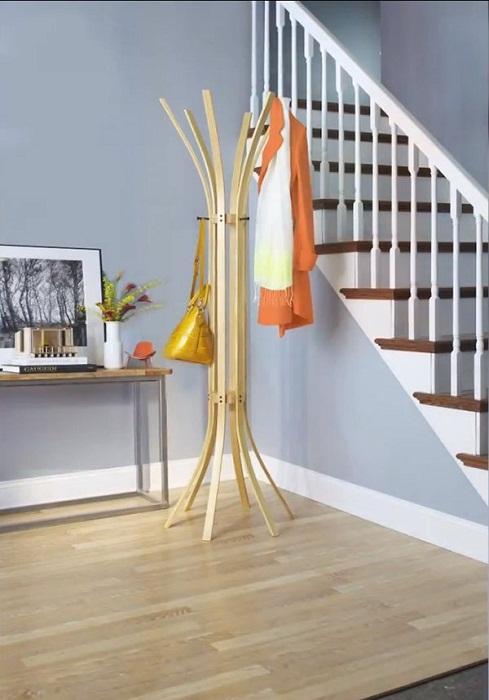 Оптимальное решение создать вешалку в гостиной интересной формы что порадует глаз и определенно понравится.