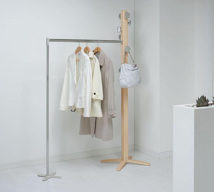 Оптимальный вариант оформления вешалки для одежды и удобной перекладиной.
