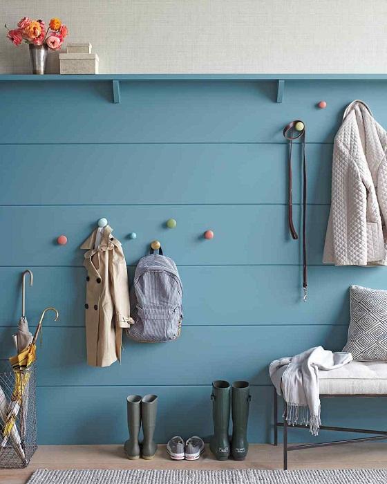 Интересные вешалки на стене, то что создаст контраст в любой комнате, особенно в прихожей.
