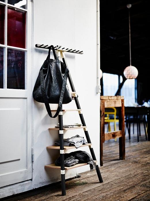 Необычная вешалка для вещей, станет еще и украшением для комнаты.