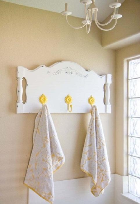 Яркие крючки украсят любую стену, например, в ванной комнате.