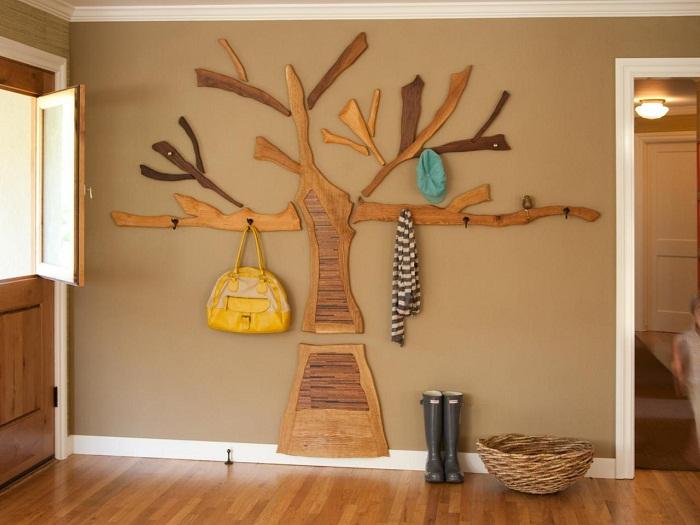 Декор комнаты при помощи дерева-вешалки, интересный вариант оформления места для хранения вещей.