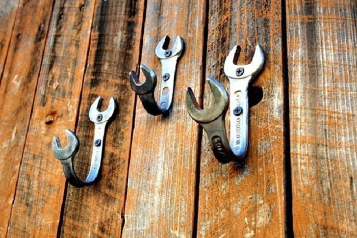 Интересный вариант оформления крючков в мужском стиле возможно при помощи крючков из ключей.