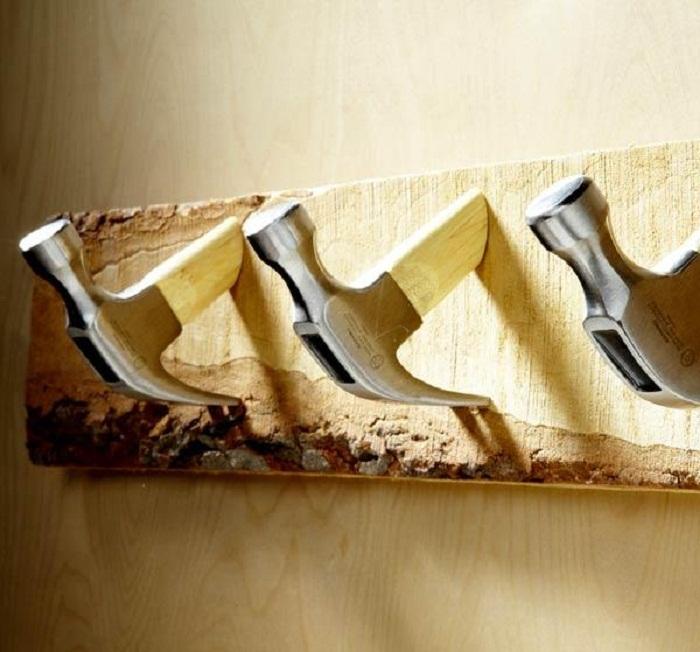 Креативное и нестандартное решение создать вешалки из молотков, то что создаст рабочую обстановку.