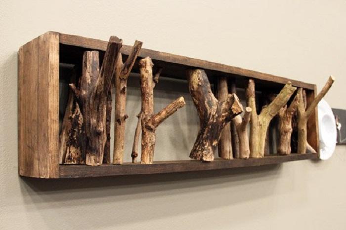 Удачное решение создать вешалки из веток деревьев, что выглядят очень естественно.