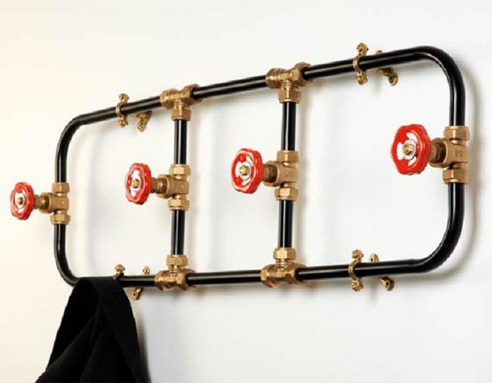 Трубы и краны могут стать изюминкой при оформлении такого нужного атрибута как вешалка.