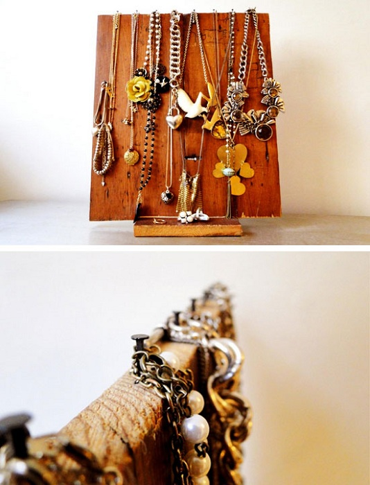 Отличным вариантом для оформления прекрасной подставки для украшений может стать просто деревянная основа.