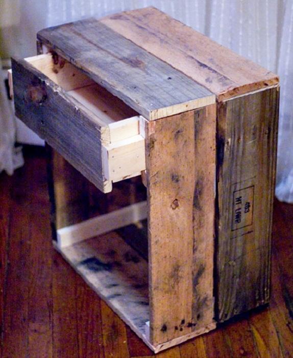 Деревянные прикроватные тумбы, которые станут просто отличным вариантом в оформлении спальной зоны.