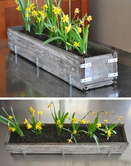 Симпатичный горшок для цветов, который выполнен из деревянных досок.