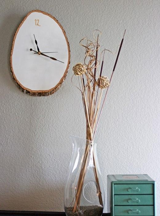 Прекрасный вариант создать оптимальные и оригинальные часы из среза дерева, то что создаст прекрасную обстановку.