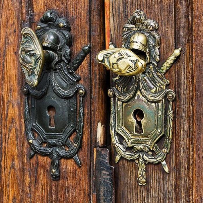 Прекрасный вариант создать декор для двери в виде креативной ручки в виде рыцарских доспехов.