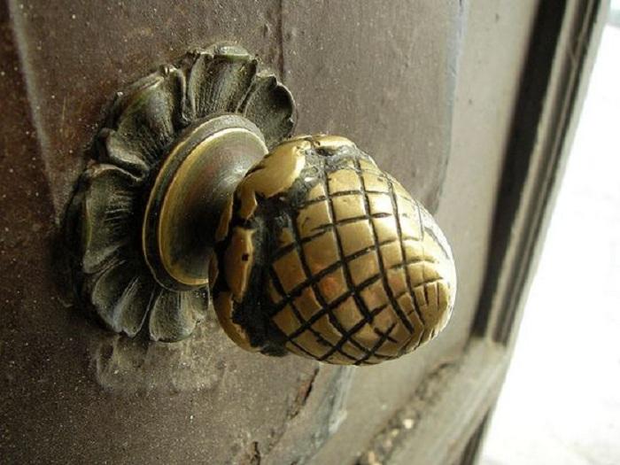 Интересный вариант оформить дверную ручку в виде желудя, что создаст определенный образ и облагородит дверь.