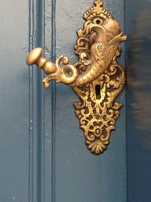 Очень симпатичная дверная ручка в виде слона - просто и хорошо украшает дверь.