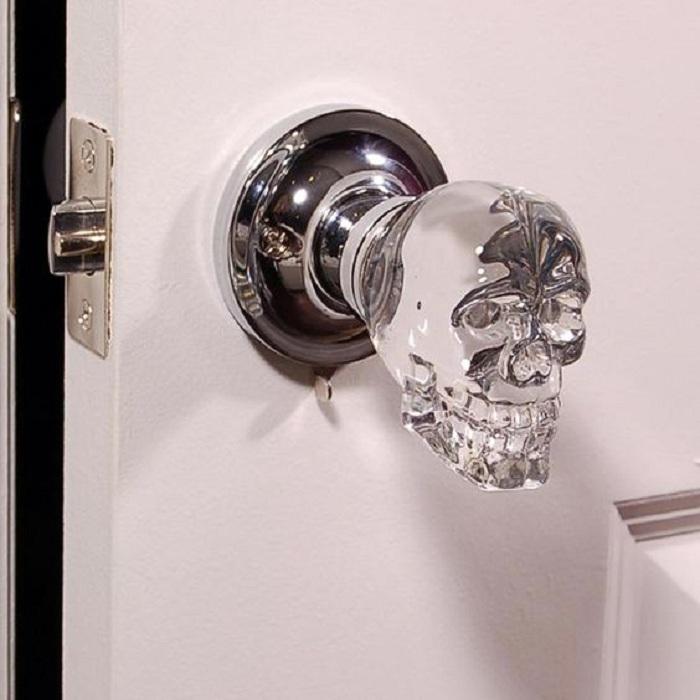Прекрасный вариант, но в тоже время не стандартный - дверная ручка в виде черепа.