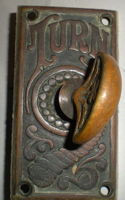Крутая винтажная металлическая дверная ручка, которая станет стильным элементом при оформлении декора комнаты.
