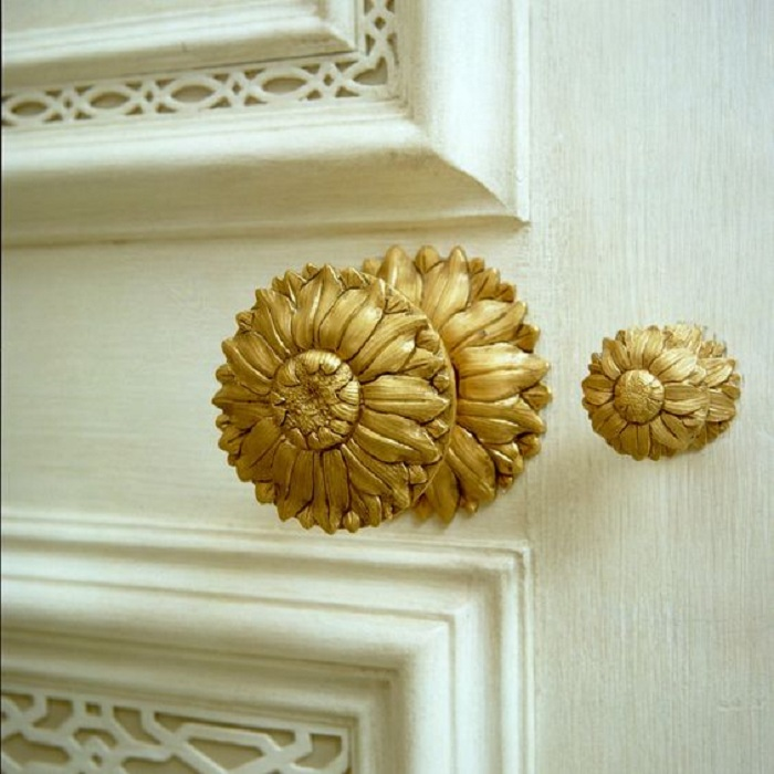 Нежный золотой цветок в виде дверной ручки станет просто необыкновенным элементом.