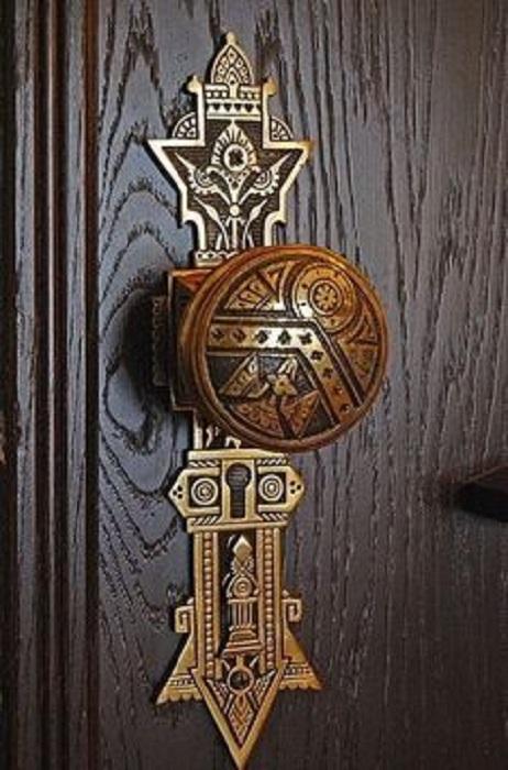 Интересный дизайн дверной ручки - это то, что порадует глаз с первого взгляда.