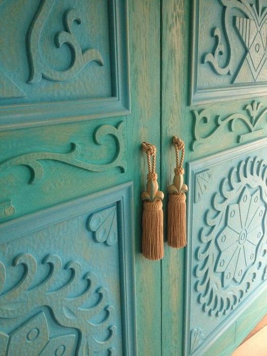 Прекрасный вариант оформления дверных ручек в виде металлической бахромы.