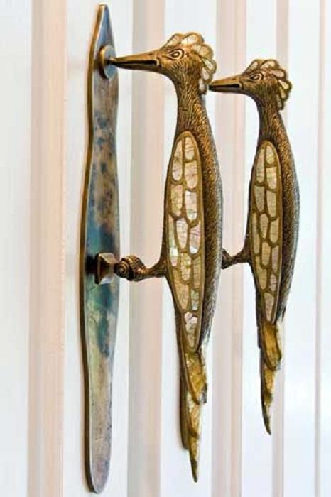 Хороший и очень запоминающийся вариант оформления дверных ручек в виде птиц.