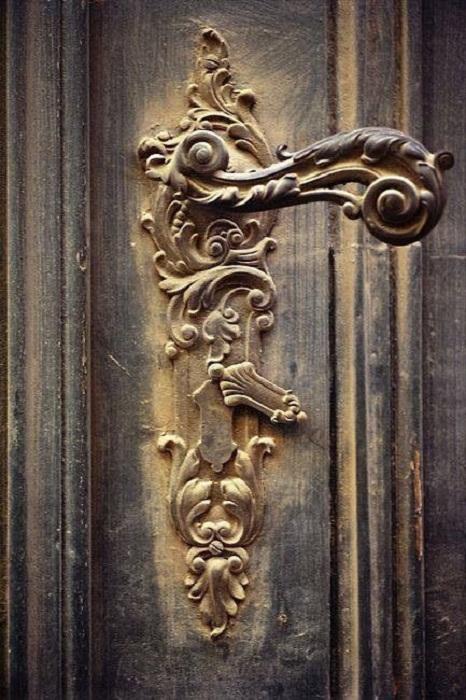 Красивая дверная ручка смотрится невероятно за счет множества мелких деталей.