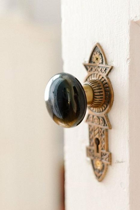 Очень красивая дверная ручка стала визитной карточкой для этой двери.