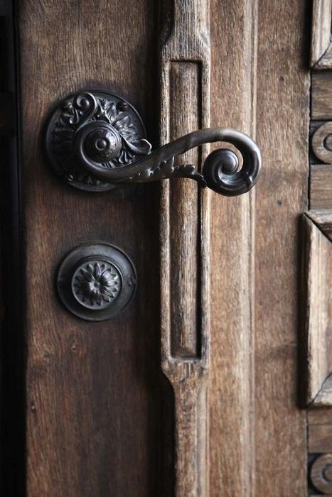 Красивое и очень практичное решение создать дверную ручку такого плана.
