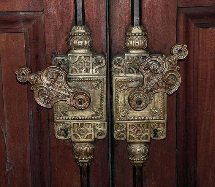 Очень красивые металлические дверные ручки с невероятными узорами, которые подчеркнут особенности двери.