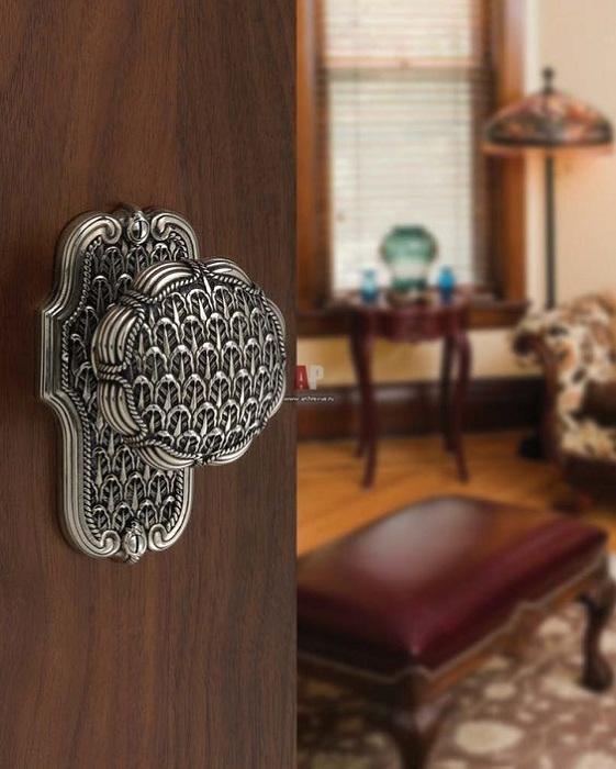 Очень красивая деревянная дверь с интересной металлической ручкой, которая отлично подчеркнет особенности дизайна.