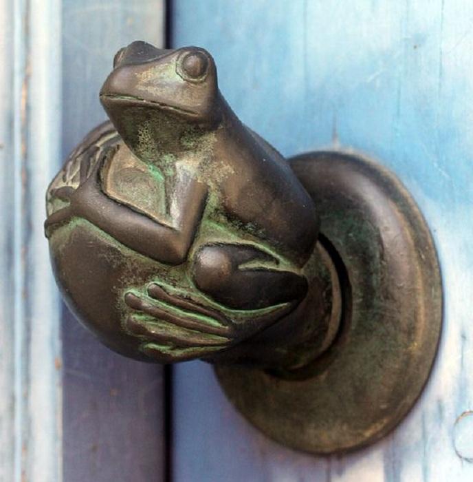 Красивая дверная ручка в виде жабы - порадует глаз и станет хорошей изюминкой для любой двери.