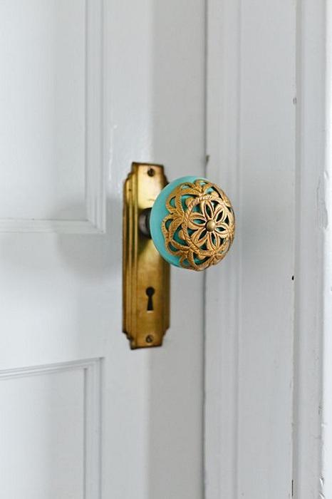 Просто потрясающая дверная ажурная ручка в золотом цвете сочетается с бирюзовым основанием.