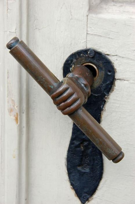 Симпатичное решение для двери - рука держащая свиток, интересный вариант для декора.