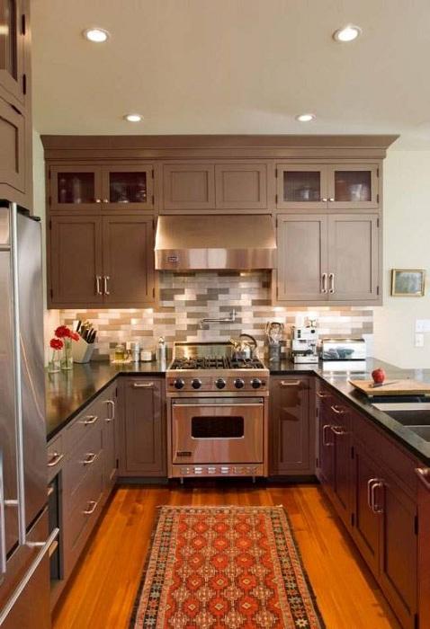 Отличное решение декорирования кухни в коричневых тонах.