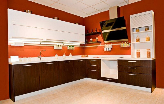 Оформление интерьера кухни в очень нестандартной цветовой гамме - коричнево-терракотовых оттенках.