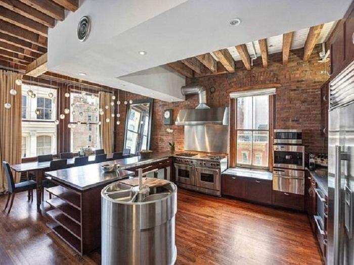 Крутое решение для оформления интерьера кухни - сочетание кирпичной кладки и дерева.