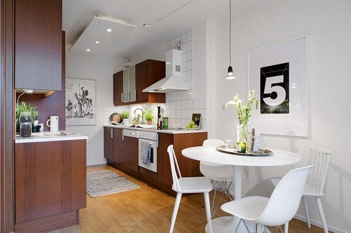 Хорошее и удачное решение оформить интерьер кухни в коричневых тонах с добавлением белого.
