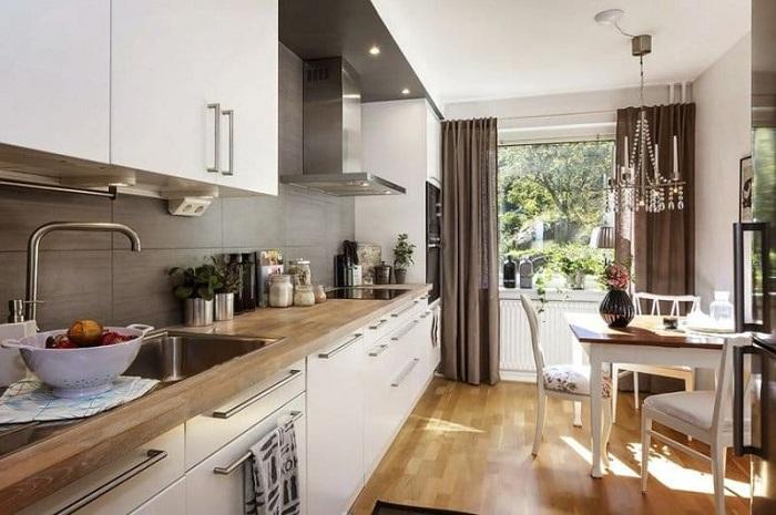 Очень симпатичное решение преобразить интерьер кухни в светлых тонах с добавлением коричневых тонов.