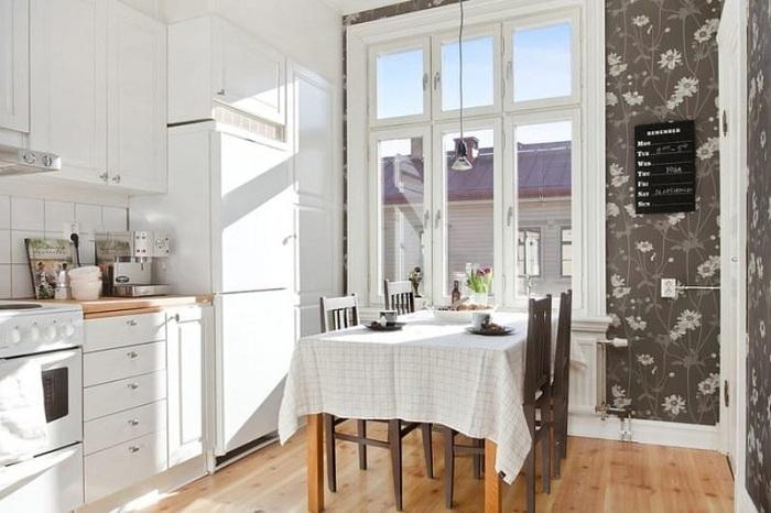 Отменное оформление кухни с очень эффектными коричневыми обоями, что точно понравятся.