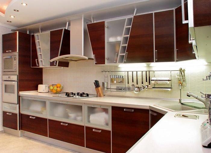 Навесные шкафы очень интересной нестандартной формы преобразят интерьер на кухне.