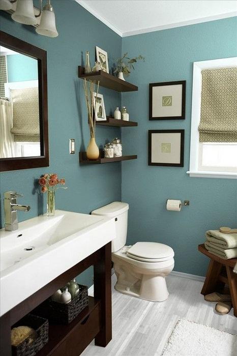 Оригинальное решение обустроить ванную комнату в темно-синих тонах.