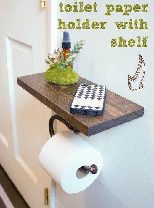 Практичный вариант держателя, что оптимизирует пространство в ванной комнате.