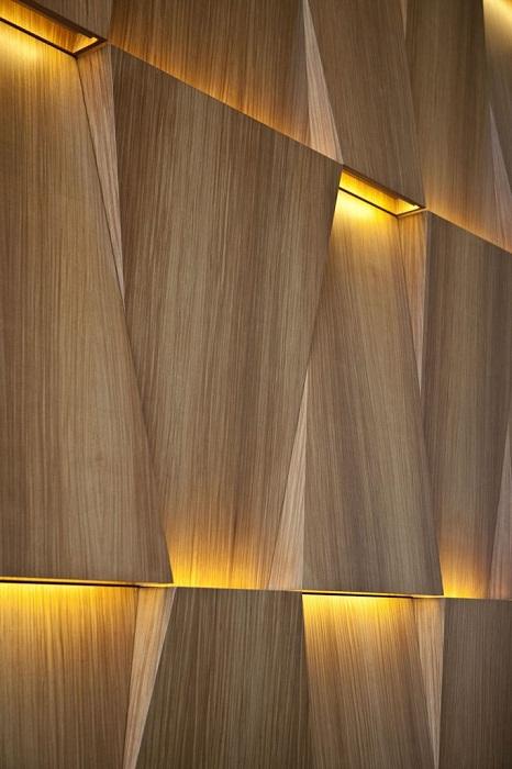 Оптимальное оформление стены деревянного типа с интересным освещением, что станет изюминкой любого интерьера.