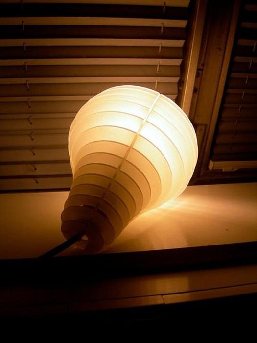 Решение создать такой прекрасный светильник в виде лампочки, что однозначно понравится и создаст невероятно теплую атмосферу.