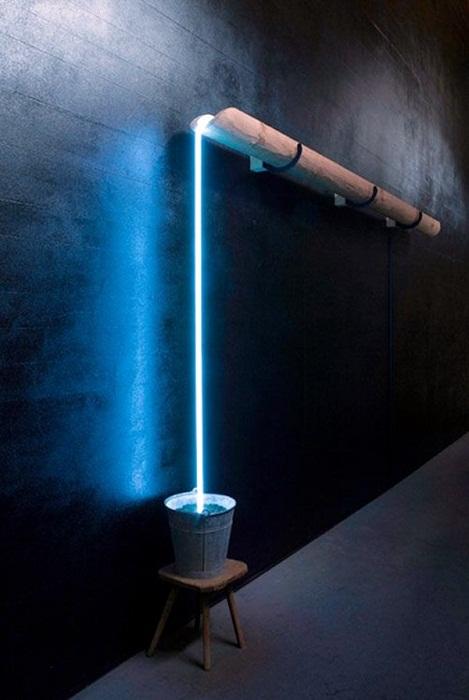 Крутое и очень необычное решение создать такой яркий и отличный световой водопад, что понравится.