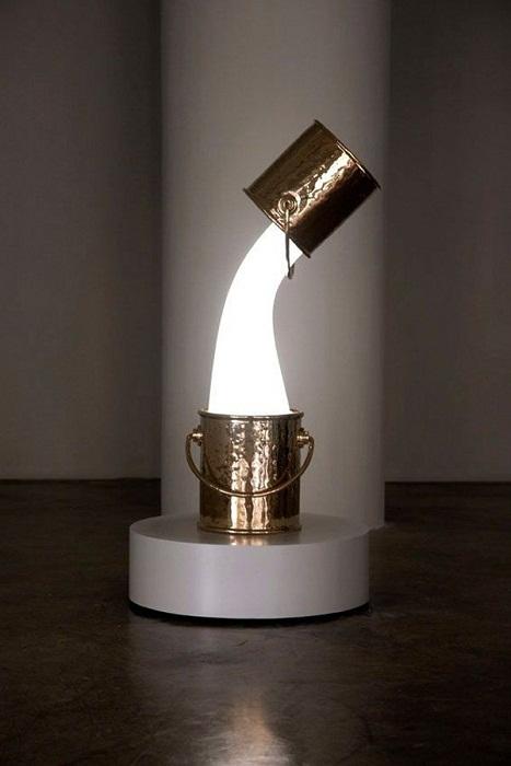 Оригинальное оформление светильника, что придется по душе даже самым заядлым ценителям прекрасного.