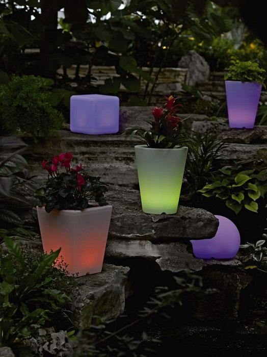 Крутое решение создать такую оптимальную атмосферу во дворе благодаря крутым решениям декорирования вазонов.