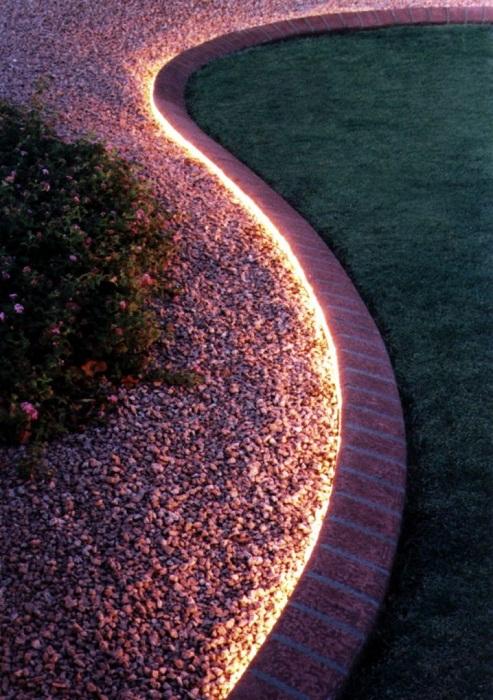 Простой, но очень оригинальный вариант облагородить дорожку во дворе благодаря интересной подсветке.