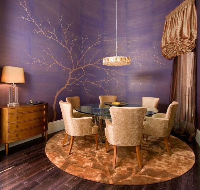 Темный интерьер в фиолетовом цвете станет изюминкой в оформлении столовой.