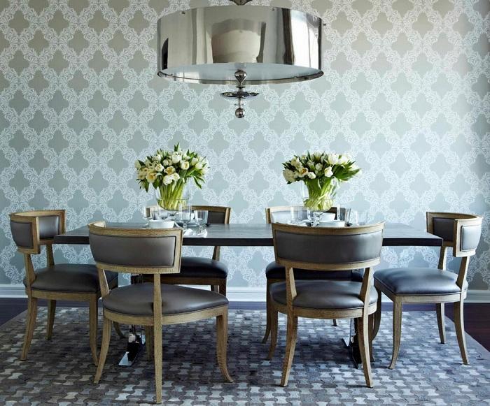 Интересное решение декорировать столовую с обоями в голубых оттенках с орнаментами.