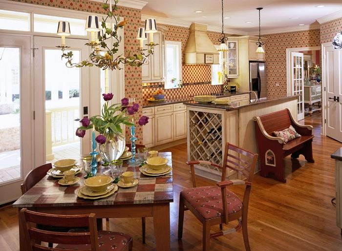 Уютная обстановка в столовой с обоями в коричневых тонах.