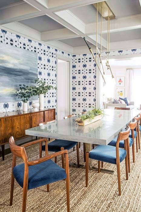Крутой декор столовой создан с помощью обоев.